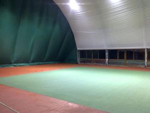 Тенісний корт під повітроопорною конструкцією