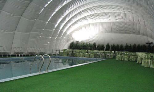 Повітроопірна конструкція над басейном