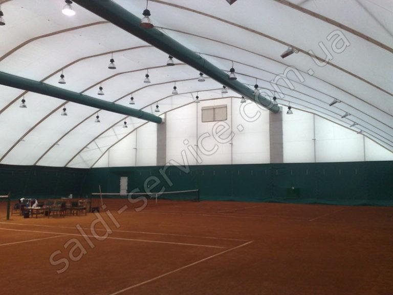 Металлоконструкция с тентовым покрытием над теннисным кортом освещение