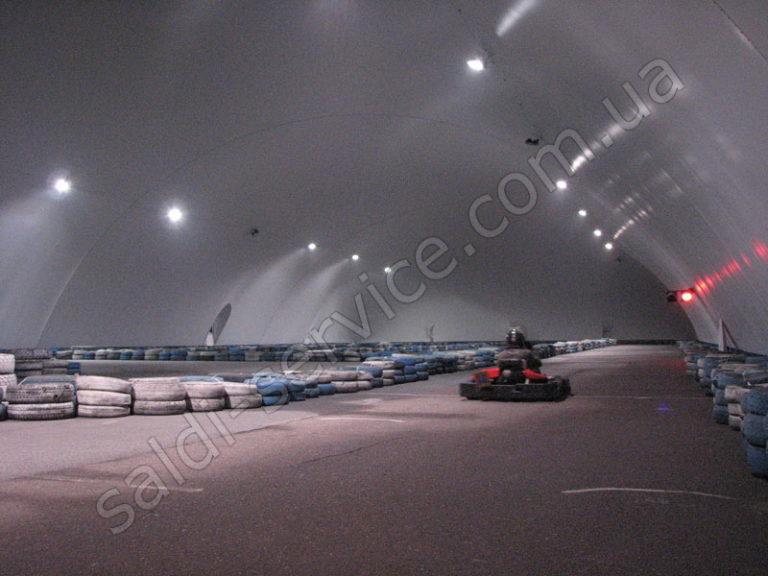 Воздухоопорная конструкция в картинг-клубе внутри
