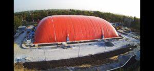 Закінчили монтаж повітряопірної конструкції купола у Маріуполі для накриття льодового катка (1)