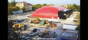 Закінчили монтаж повітряопірної конструкції купола у Маріуполі для накриття льодового катка (3)