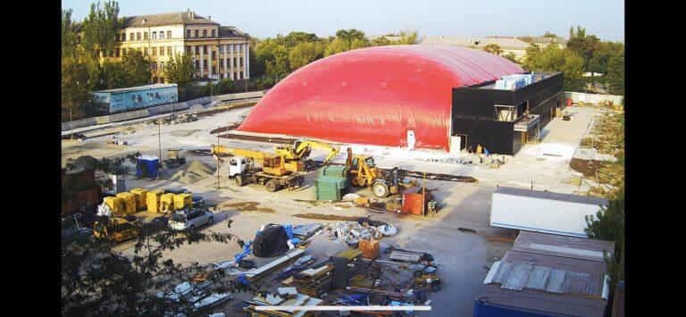 Закончили монтаж воздухоопорной конструкции купола в Мариуполе для накрытия ледового катка (3)